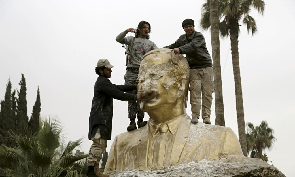 Statua di Hafez Assad abbattuta a Idlib, 2015. Credit to: Khalil Ashawi/REUTERS