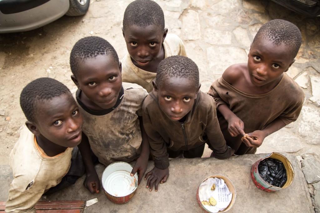 Bambini chiedono l'elemosina nel centro di Dakar, usando barattoli vuoti di salsa di pomodoro © Sebastian Gil Miranda