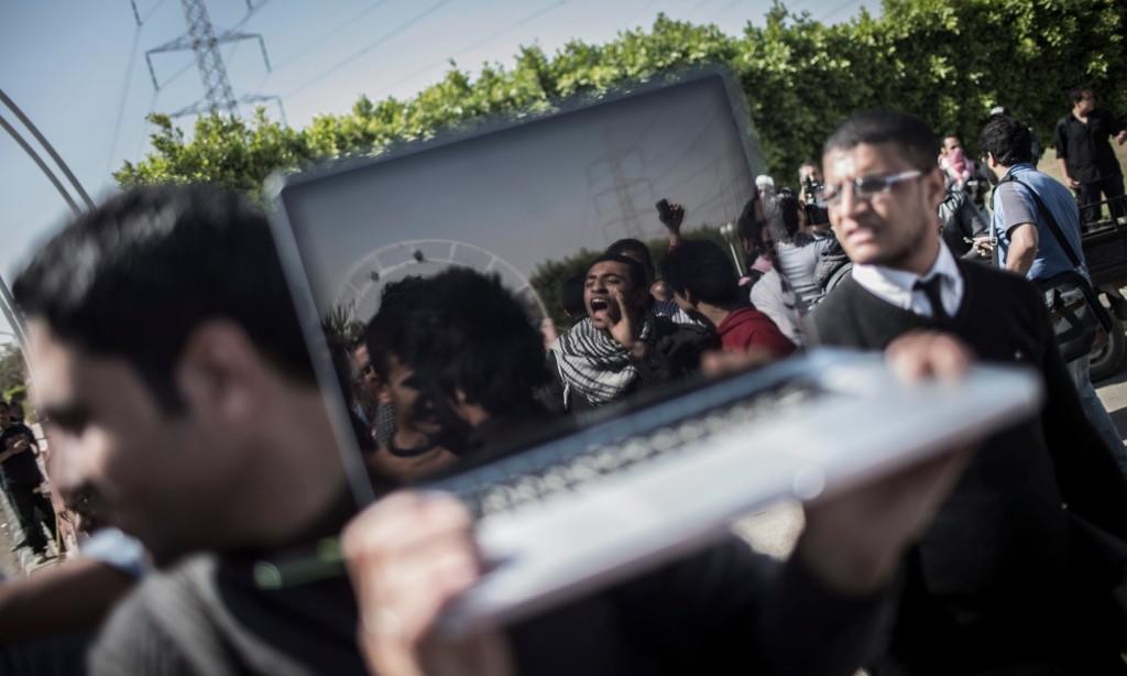 Un giornalista riprende una protesta con il proprio pc nella periferia del Cairo / credits: Oliver Weiken - EPA
