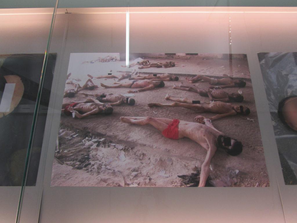 Una delle foto esposte al MAXXI di Roma che ritrae corpi di persone decedute nel carcere militare di Mezzeh (Damasco). Credits to: Zeppelin.