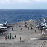 Membri della Marina Militare statunitense conducono delle esercitazioni congiunte con la marina sudcoreana, a bordo della USS Ronald Reagan, 19 ottobre 2017. Credits to: Reuters/Tim Kelly.