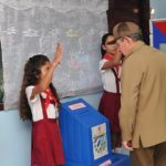 Il presidente cubano Raul Castro vota durante le elezioni municipali a fianco dell'immagine del defunto presidente e fratello Fidel Castro a L'Avana, Cuba, il 26 novembre 2017. Credits to: Estudios Revolucion, via REUTERS.
