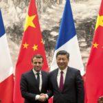 Il presidente francese Emmanuel Macron e il presidente cinese Xi Jinping si stringono la mano dopo una conferenza stampa congiunta presso la Sala Grande del Popolo a Pechino, martedì 9 gennaio 2018. Credits to: AP.