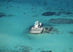Il Johnson South Reef prima dell'inizio dei lavori. Immagine delle forze armate filippine.