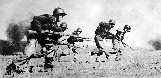 La 46ª Divisione del colonnello Valentín González «El Campesino», durante un'offensiva / credits: archivio ABC