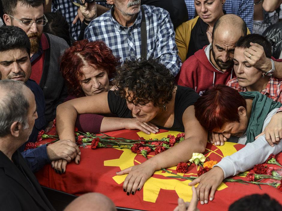 Familiari al funerale delle vittime della strage di sabato 10 ottobre / Afp Photo - Bulent Kilicbulent