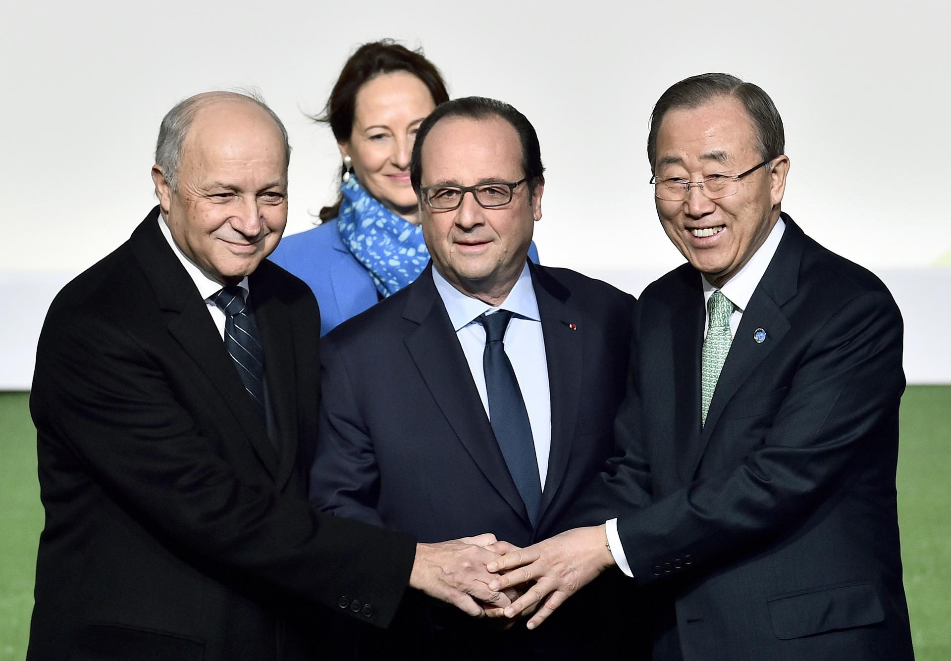Il Presidente francese François Hollande,con il Segretario generale dell'Onu Bank Ki-moon e il Ministro degli Affari Esteri Laurent Fabius. Alle loro spalle il Ministro all'Ambiente Ségolène Royal / credits: Loic Venance - AP