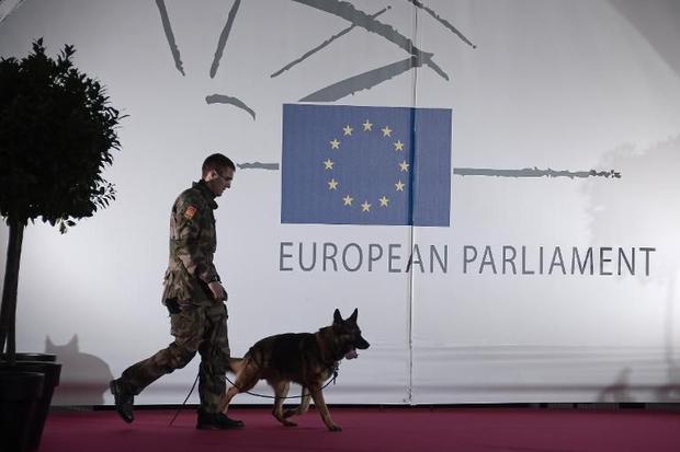 Un militare pattuglia il Parlamento Europeo / Ap Photo