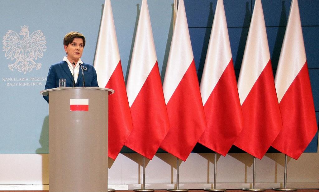 Il Primo ministro polacco Beata Szydlo ad una conferenza stampa a novembre, a Varsavia. Con i precedenti governi alle spalle del podio compariva anche la bandiera europea, che ora è stata rimossa / credits: AP Photo
