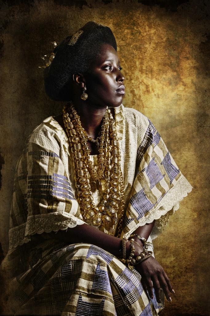 Soukeyna studia marketing in Francia. Qui indossa l'abito tradizione della bisnonna. © Joana Choumali