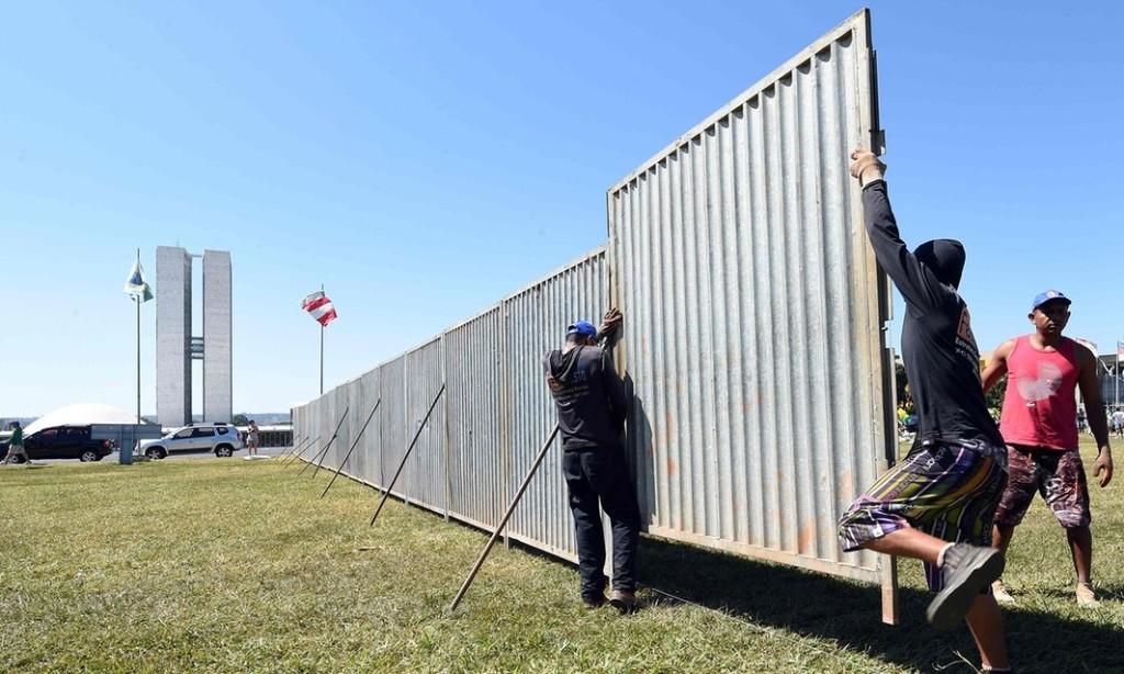 """Il """"muro dell'impeachment"""" eretto a Brasilia per separare le manifestazioni pro e contro Dilma Rousseff - credits: Evaristo Sa/AFP/Getty Images"""