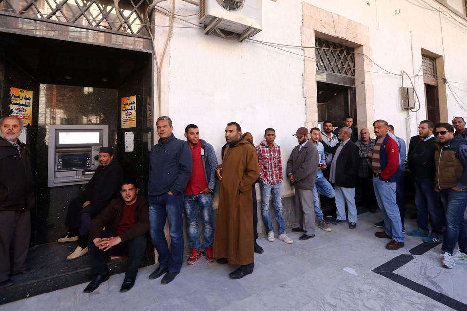 Libici aspettato di prelevare denaro da un bancomat. Nel Paese c'è anche una crisi valutaria / credits: Mahmud Turkia - AFP - Getty Images