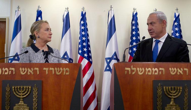 Hillary Clinton e Benjamin Netanyahu, durante una visita diplomatica in Israele quando Clinton era Segretario di Stato / Reuters - Baz Ratner
