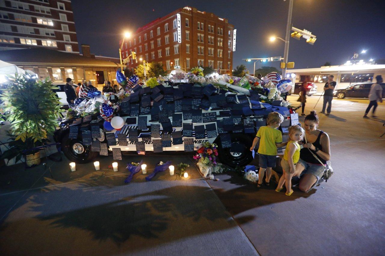 Una macchina della polizia diventa memoriale fuori dal quartier generale della polizia a Dallas credit to Johnny Hanson / AP