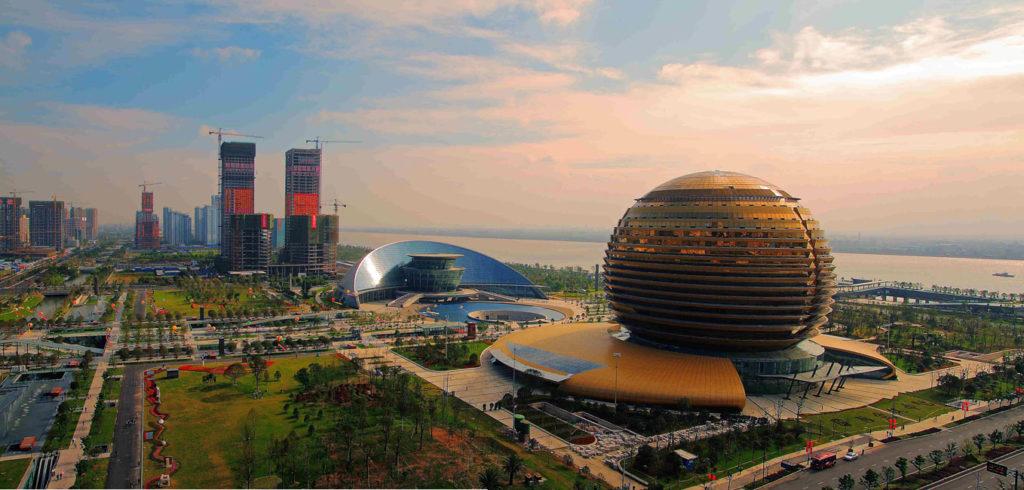 Con 6.400.000 abitanti nell'area urbana e 3.931.900 nella città propria, Hangzhou si presta a divenire una tra le città più industrializzate e all'avanguardia del mondo. Centro di sviluppo informatico, biotecnologico, tessile, dell'abbigliamento e delle telecomunicazioni, vanta ben quindici università di cui otto politecnici. Credits: bbs.home.news.cn