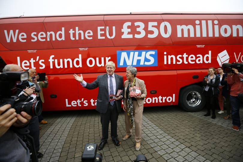 Boris Johnson, attuale Ministro degli esteri inglese e sostenitore all'interno del Partito conservatore della Brexit, davanti ad un bus elettorale a Londra - REUTERS / Peter Nicholls