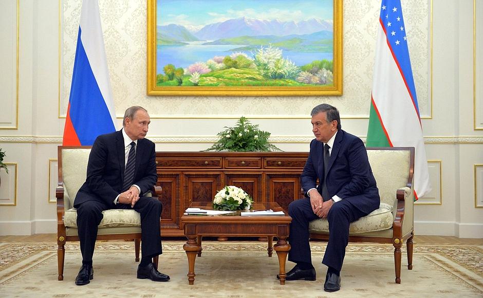Vladimir Putin insieme al Primo ministro dell'Uzbekistan Shavkat Mirziyoyev, in un incontro a Samarcanda del 6 settembre, pochi giorni dopo la morte di Karimov.