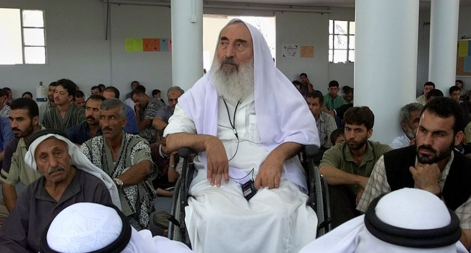 Sheik Ahmed Yassin, leader spirituale di Hamas, durante una preghiera del venerdì a Gaza, fotografato il 26 luglio 2002 - credits: Ap Photo / Vadim Ghirda