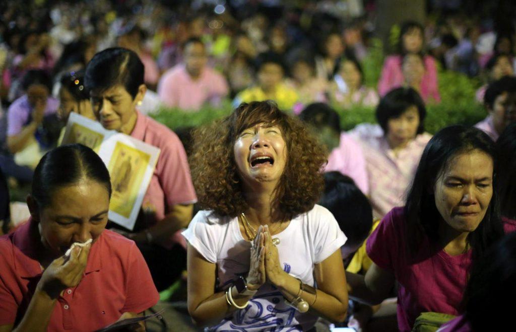 Cittadini thailandesi piangono la morte del loro Sovrano a Bangkok - credits: Epa