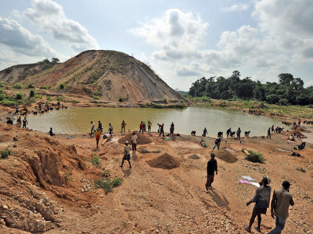 Cercatori di diamanti in un fiume nei pressi della miniera di Koidu - credits: Getty Images