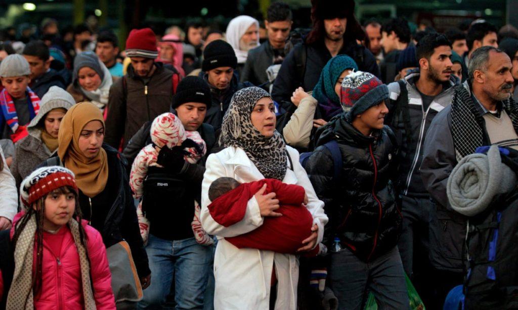 Migranti e rifugiati partiti dalle coste della Turchia e sopravvissuti alla traversata dell'Egeo vengono sbarcati da un traghetto al porto del Pireo in Grecia. credit to: Orestis Panagiotou/EPA