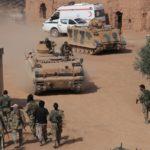 Milizie siriane appoggiate dalla Turchia guidano i carri armati vicino alla città di confine di Tal Abyad. Credits to: Khalil Ashawi/Reuters.