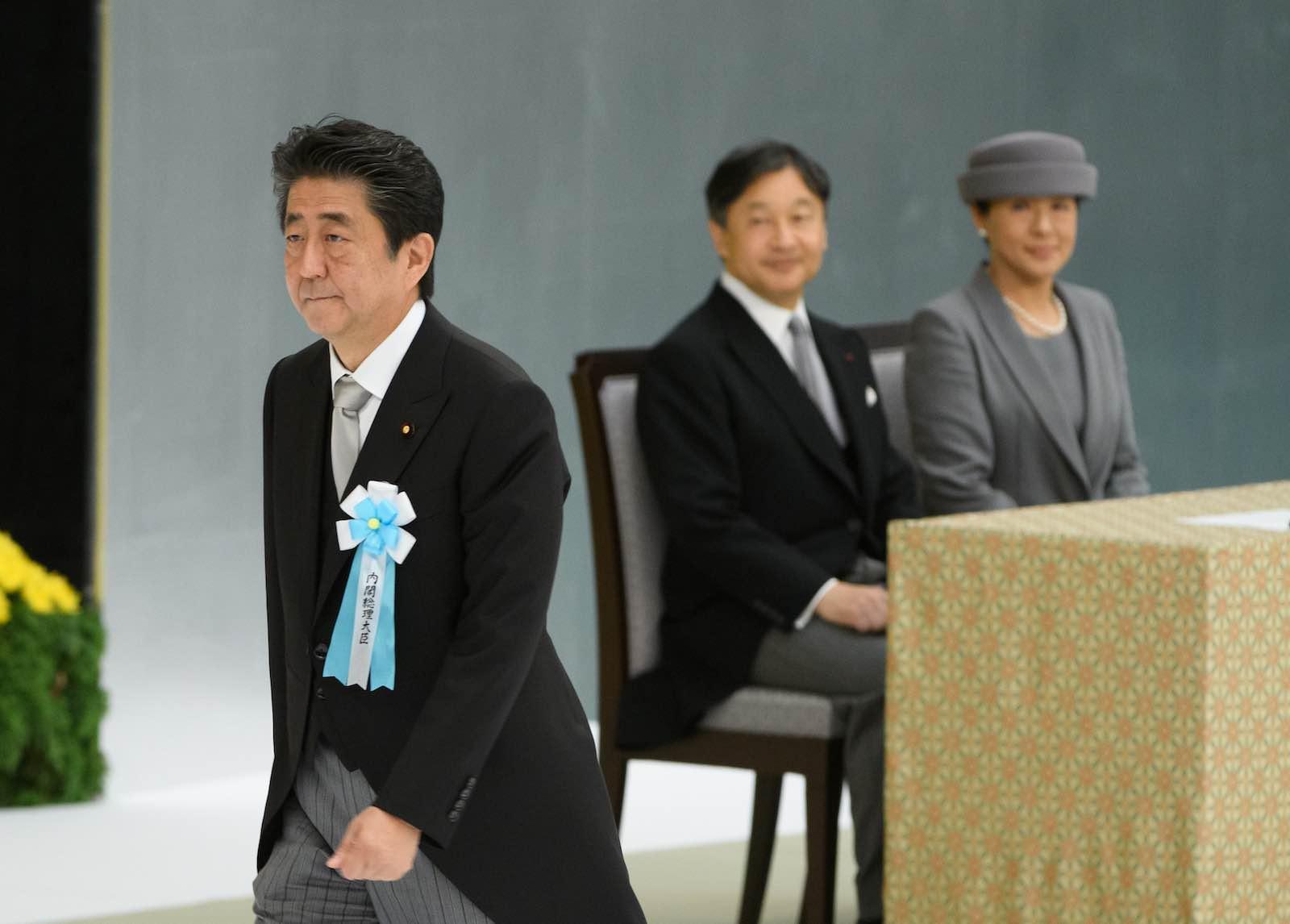 Shinzo Abe con l'imperatore Naruhito e l'imperatrice Masako / © Akio Kon-Bloomberg