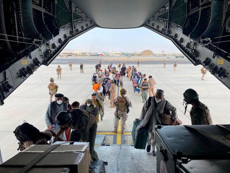 Uno dei tanti voli di evacuazione dall'aeroporto di Kabul / via Reuters Pictures